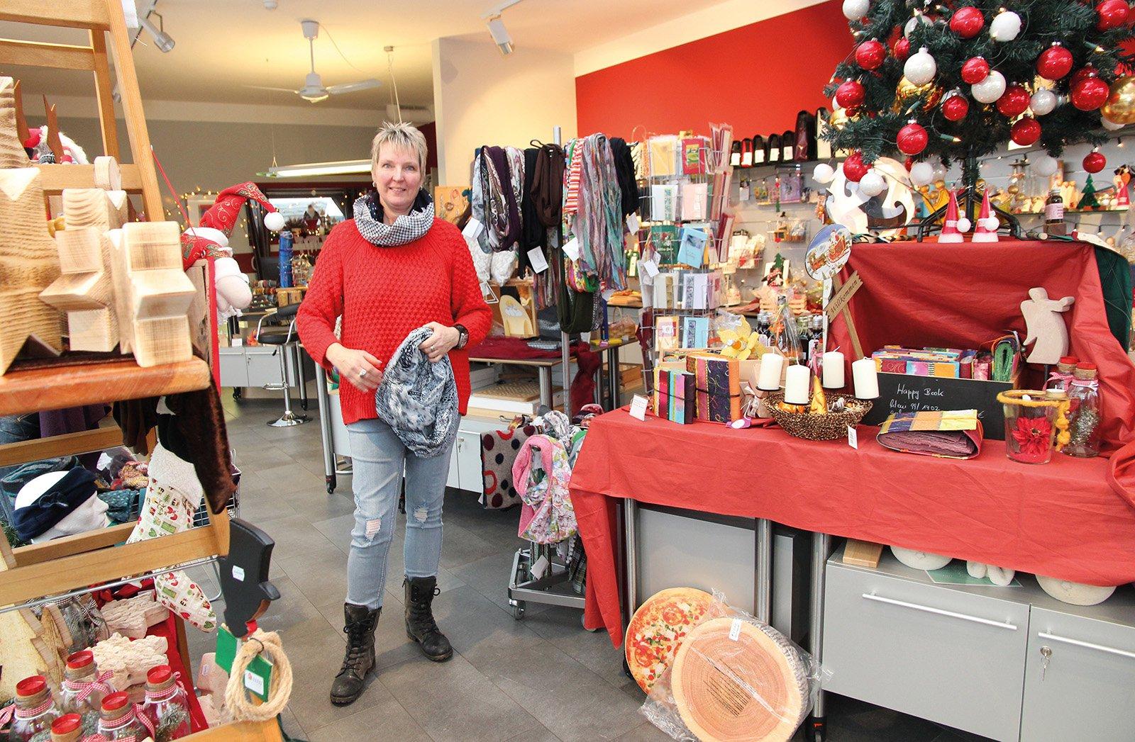 Werkstattladenchefin Birgit Strobel hat tolle Weihnachtsdeko für Ihr Zuhause und viele Geschenkideen.
