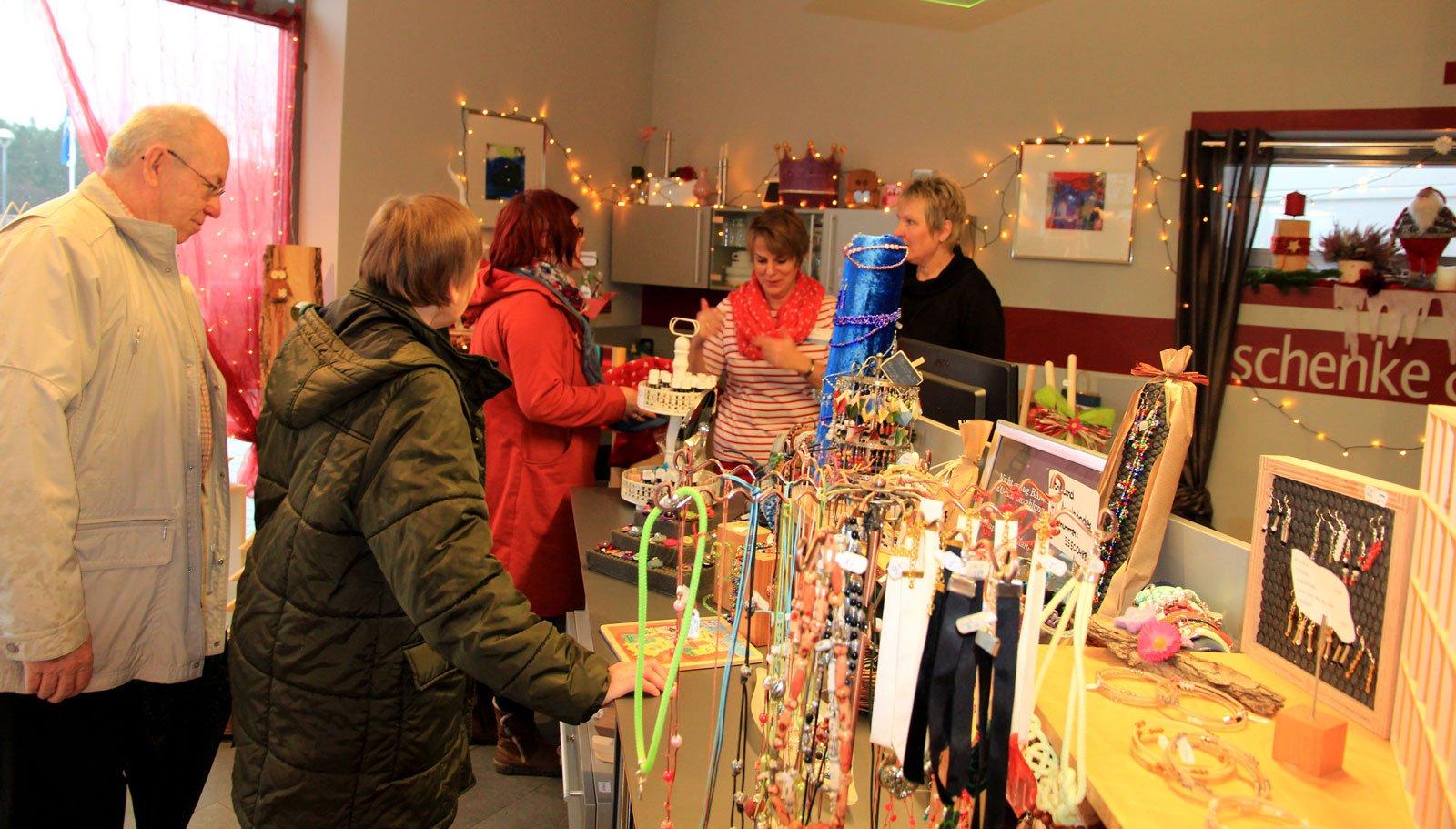 Einstimmen auf Weihnachten beim verkaufsoffenen Samstag der Moritzberg-Werkstätten am 25.11.2017. Bildszene Werkstattladen 2016.