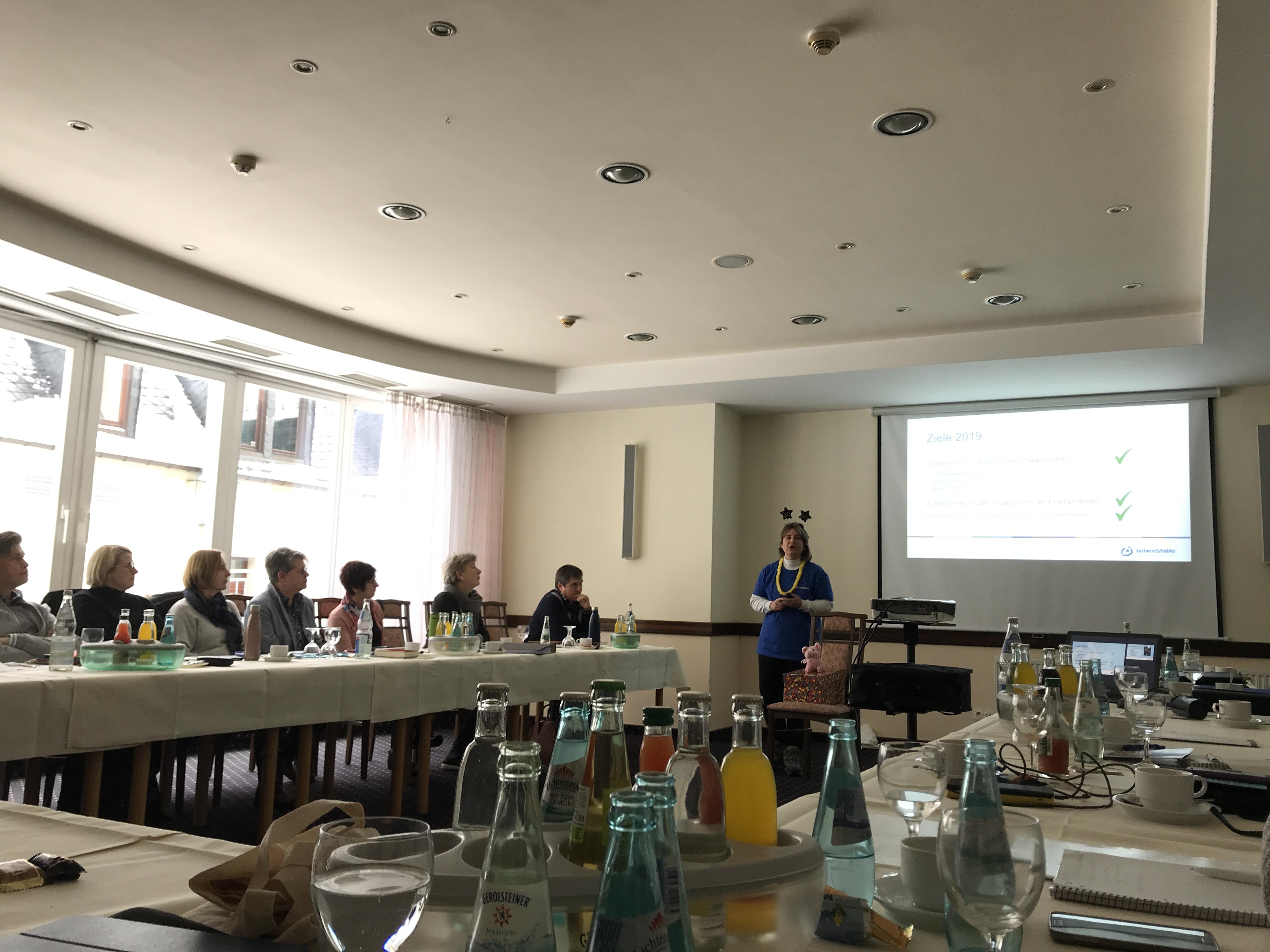 Leiterin Regina Fritsch, FED, erläutert die Ziele ihrer Einrichtung rund um Familienentlastung und Freizeit für Menschen mit Behinderung.