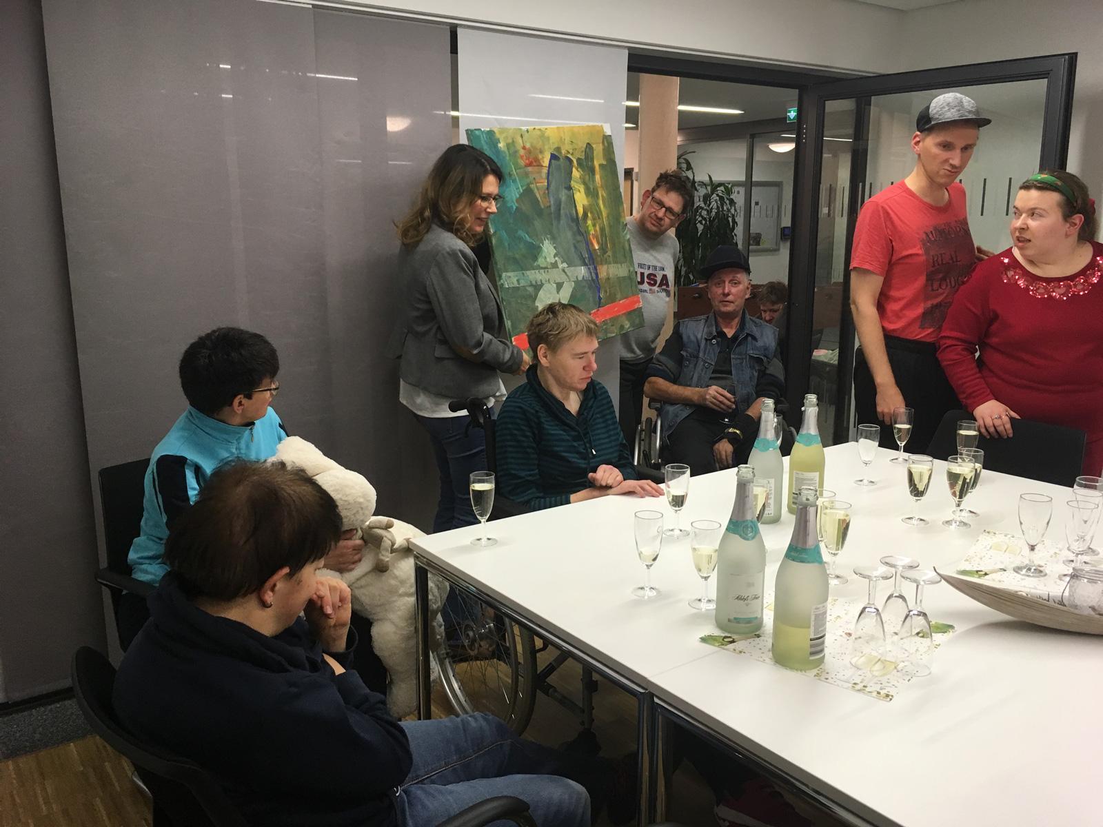 Stolz präsentierten die Teilnehmer ihre Kunstswerke bei einer Vernissage.