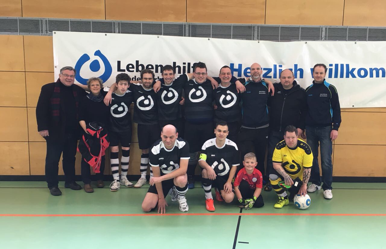 In Vertretung für Schirmfrau Barbara Stamm eröffnete Gerhard John mit der Erlanger Sportbürgermeisterin Susanne Lender-Cassens das 5. Lebenshilfe Bayern-Fußballturnier - hier mit den Kickern der Moritzberg-Werkstätten.