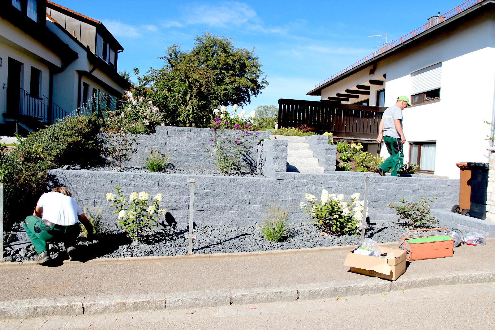 Während das Team um German Zeltner Gartenpflege betreibt, checkt GaLa-Chef Thomas Trisl mit einem Mitarbeiter das Bewässerungssystem einer Garten-Neugesaltung; wartet auf den Rollrasen.