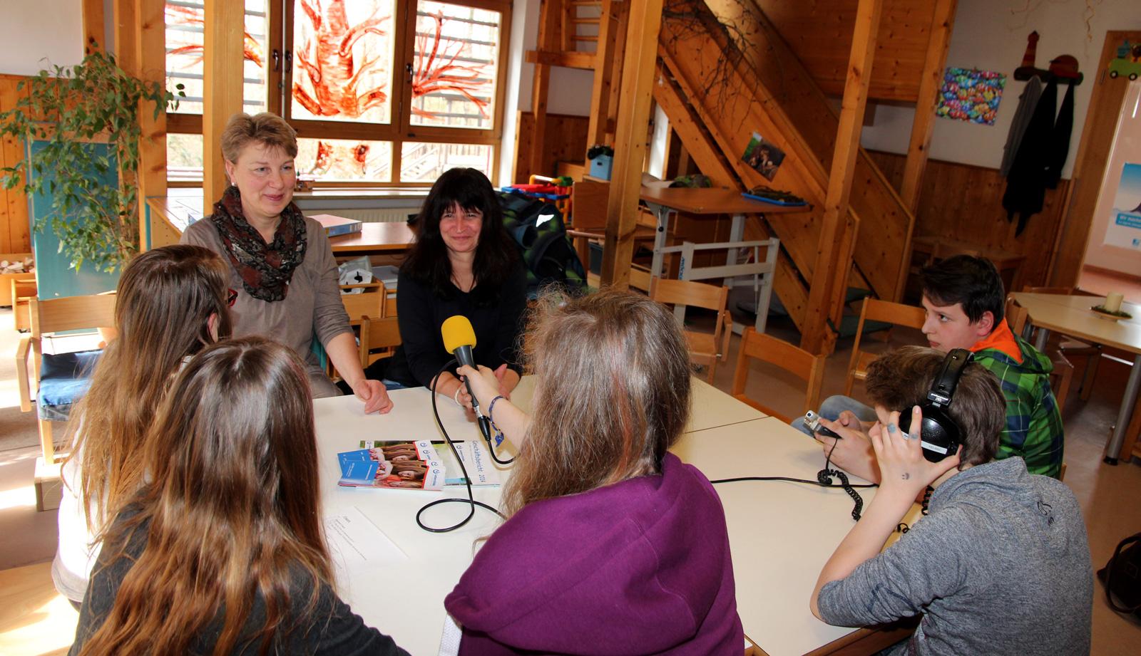 Im Interview von Jugendreportern des KJR: Sabine Hartmann und Petra Scharrer.