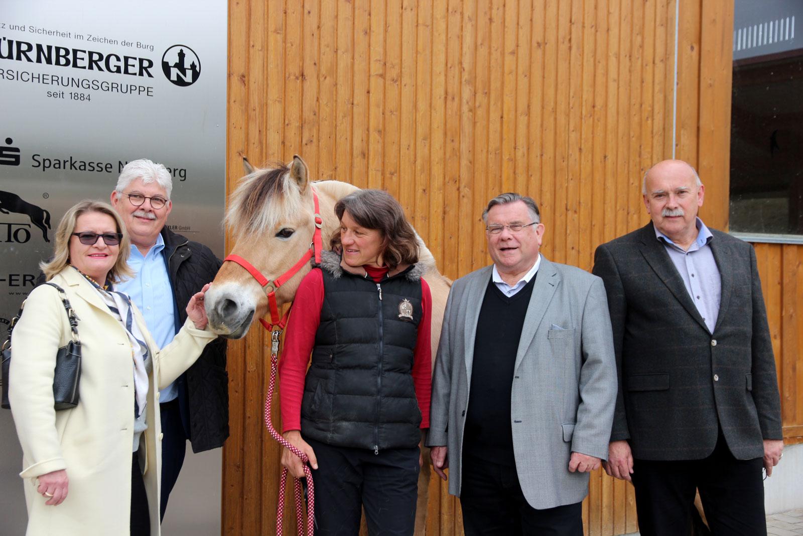 Rundgang und Spende: Jürgen Schulze und dessen Ehefrau lobten gutes Angebot der Lebenshilfe. Mit 500 Euro unterstützen die Eheleute den Reittherapiefonds.