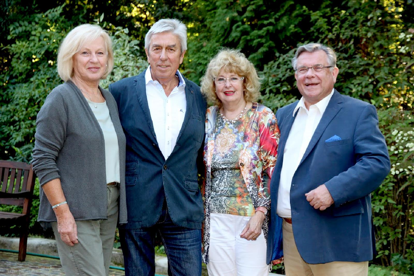 Jubilar Andreas Kögel und Ehefrau Veronika (l.) freutne sich sichtlich über die persönlichen, wie herzlichen Glückwünsche zu dessen 75. von Lebenshilfe-Chef John und dessen Ehefrau Inge.