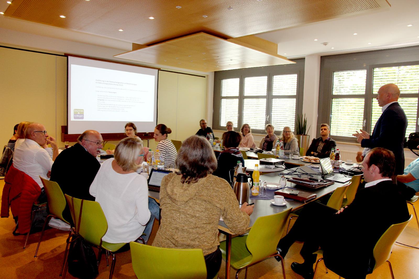 Seminar zur DSGVO: Datenschutzbeauftragter Thomas Brunner, Brunner & Schmidt, informierte jetzt das Leitungsteam der Lebenshilfe Nürnberger Land über wichtige Neuerungen.