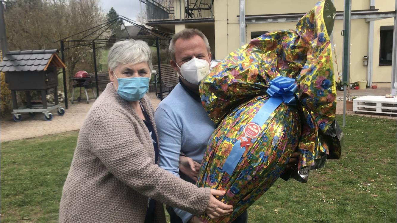 Ein echtes Wow! Bewohnerin Lissi Meier und Dietmar Meinlschmidt halten stolz das vier Kilo-Ei im Arm.