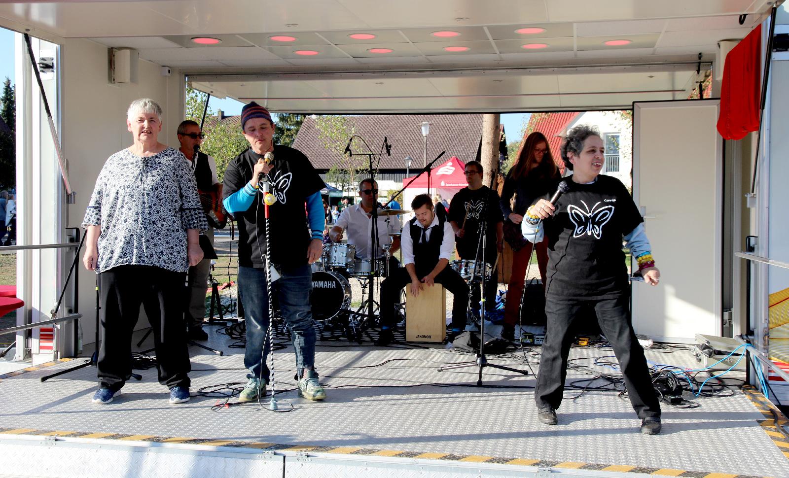 (K)eine ganz normale Band: Die Schmetterlinge. Musiker mit und ohne Handicaps im Einklang. Das Publikum tanzte und klatschte zu den eigenen Songs der Formation.
