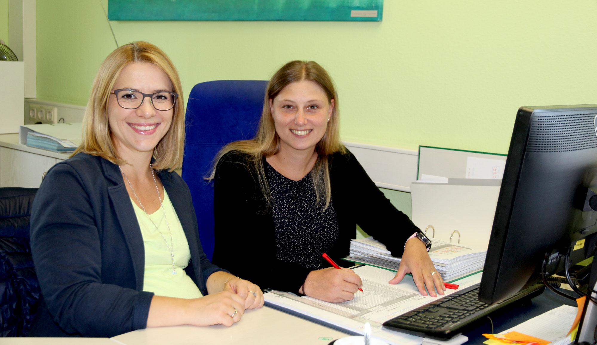 Engagierte Einarbeitung rund um Barkasse und Co: Alexandra Richter und Andrea Reichelt vom Rechnungswesenteam.