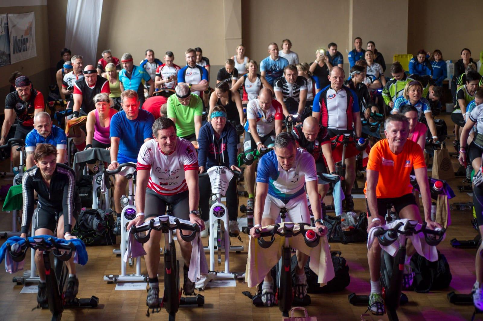 Fit bleiben und Gutes tun: Beim Charitycycling-Indoormarathon in Rasch traten 215 Sportbegeisterte mit sichtlich Spaß fleißig in die Pedale.
