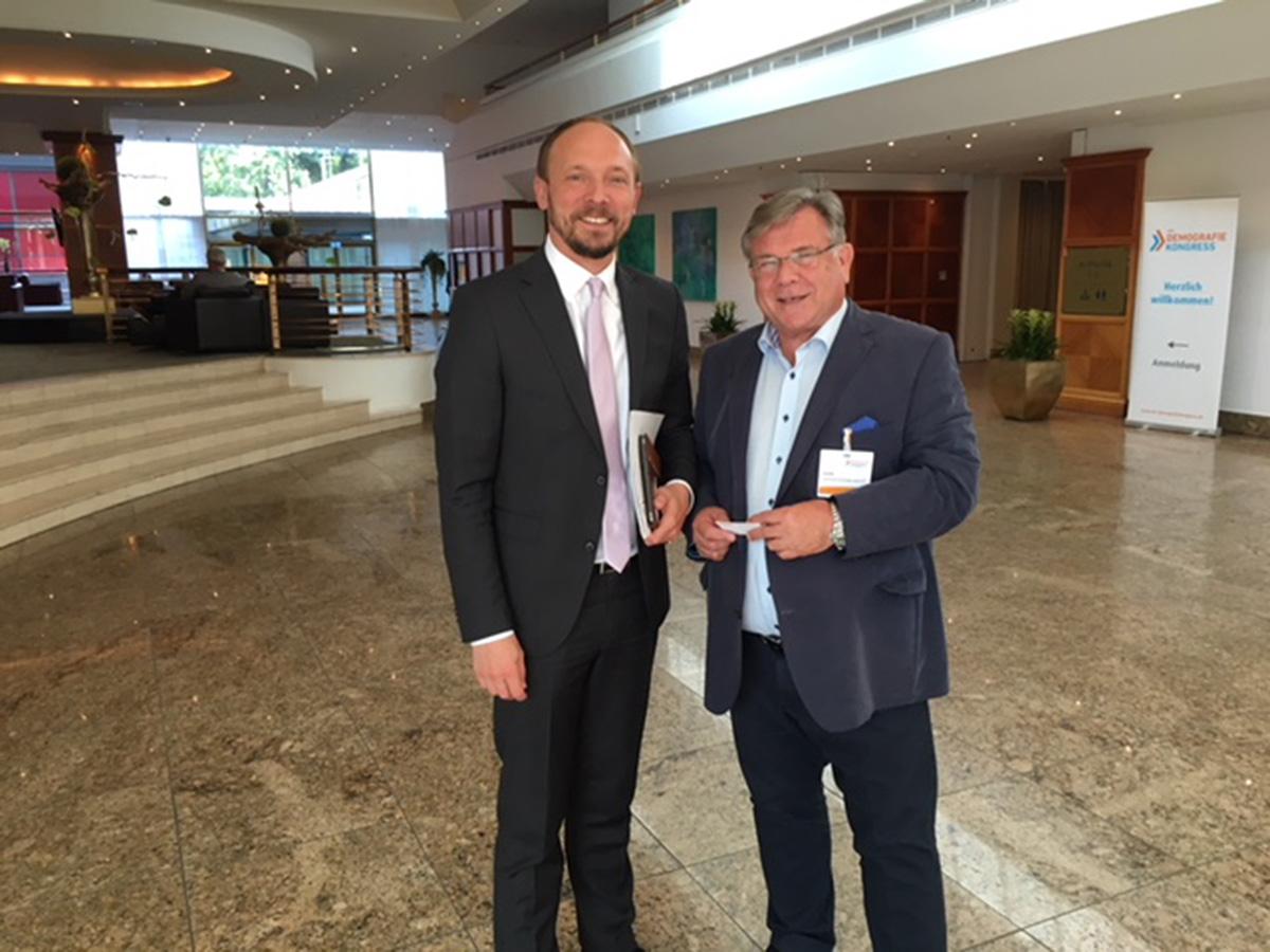 Dialog am Rande des aktuell stattfindenden Demografiekongresses in Berlin: John mit Marco Wanderwitz, Staatssekretär im Bundesinnenministerium, der in Vertretung für Seehofer den Kongress eröffnete.