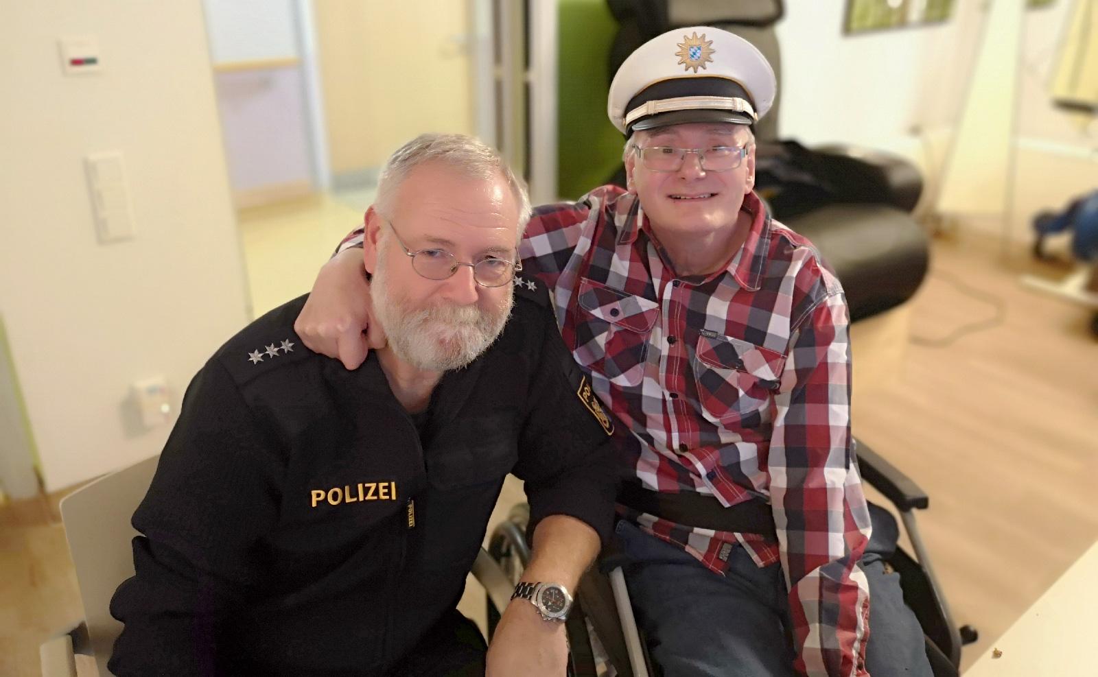 Wohnheim-Bewohner Günther Lanz freute sich sichtlich über den Besuch der Polizei. Für ihn ging ein lang gehegter Wunsch in Erfüllung.
