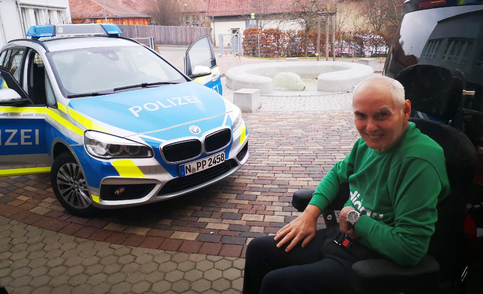 Beantwortete viele Fragen zur Polizeiarbeit: Oberkommissar Drescher. Er überraschte die interessierten Bewohner noch mit einer Einladung ins Polizeiauto mit eingeschaltetem Blaulicht!