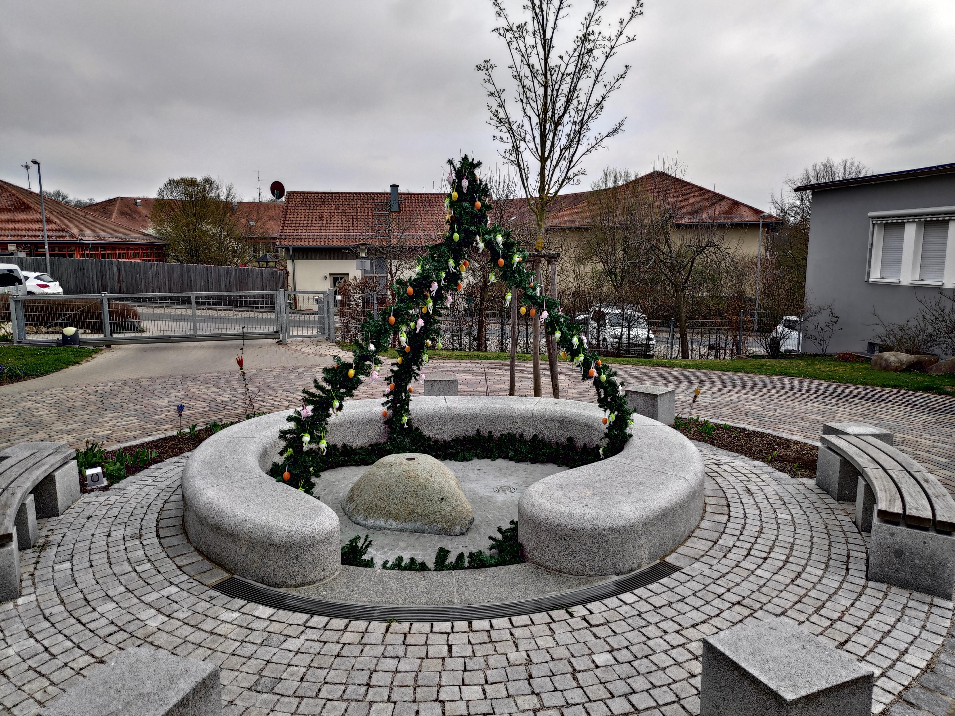 Wahrlich eine AugenwEIde: Der Osterbrunnen im Eingangsbereich des Betreuungszentrums am Haberloh in Lauf feiert Premiere. Künftig wollen Bewohner ihren Brunnen an Ostern festlich schmücken.
