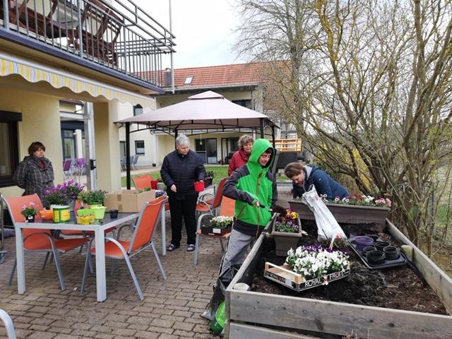 Sport und Gartenarbeit: Die Bewohner der Wohnstätte am Bitterbach haben ein tolles Rezept gegen den Corona-Blues. Mit Sport und Gartenarbeit