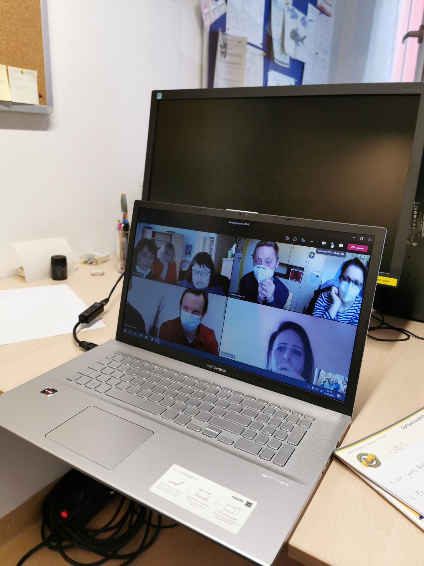Alle Teilnehmer*innen von der ersten Videokonferenz begeistert. Selbstvertreter*innen waren durch die Fachdienste bestens auf das Medium PC vorbereitet.