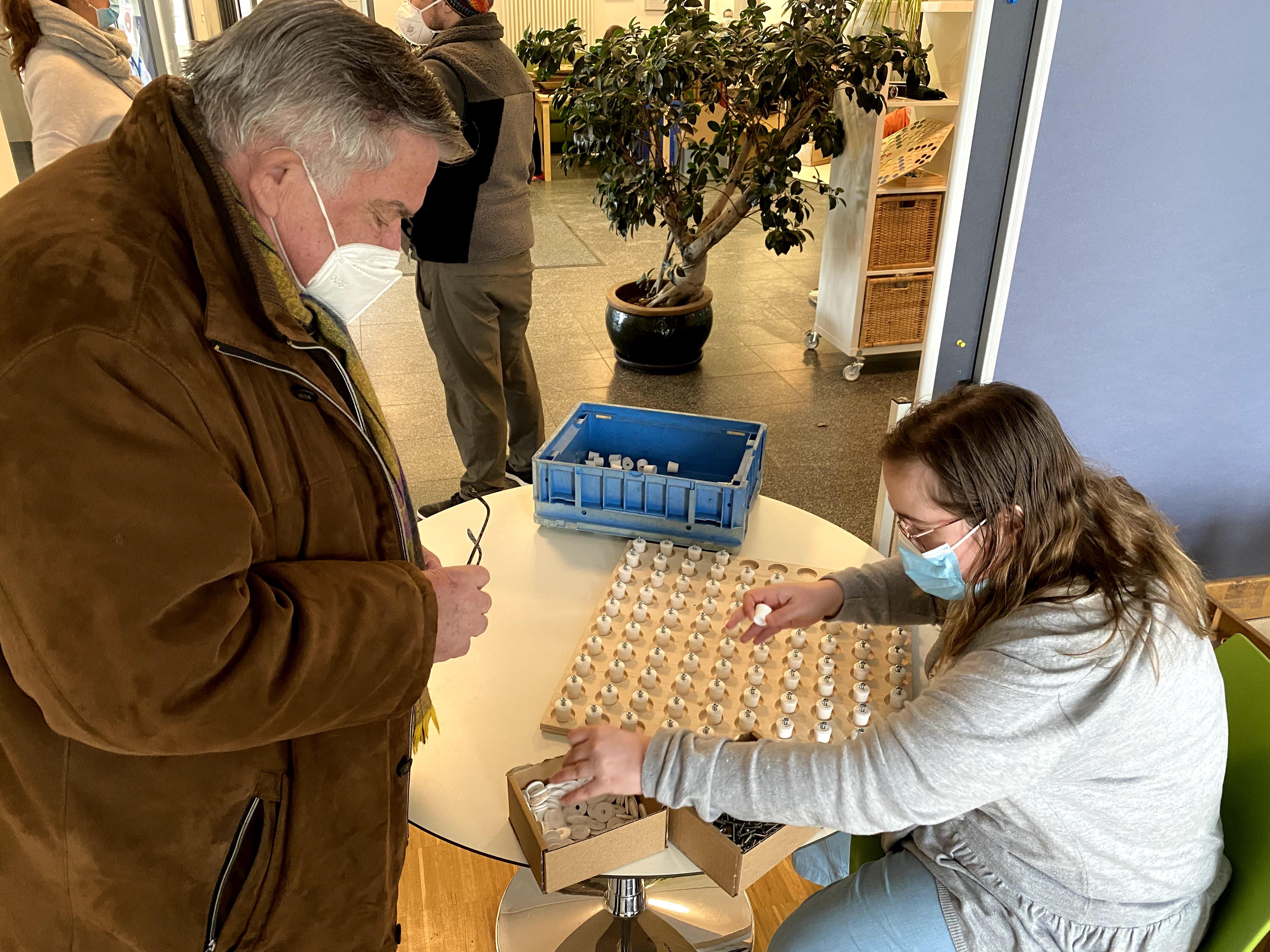 Jana Lämmermann führt Lebenshilfe-Chef John stolz vor, wie gut Homeoffice für Mitarbeiter der Werkstätten funktionieren kann.