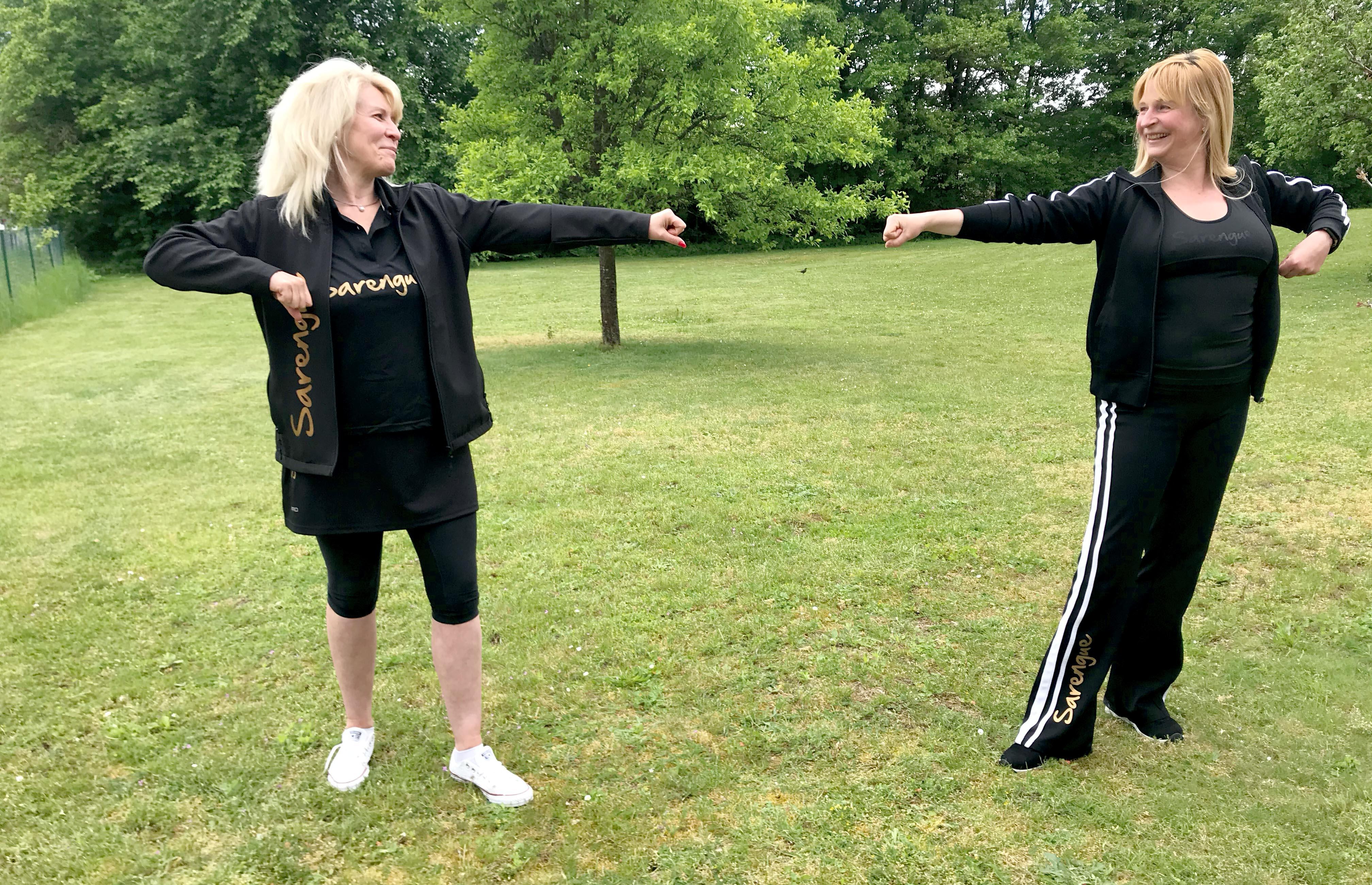 Larissa Hopferwieser (links), Mitarbeiterin des FEDs, hat sich zur Instruktorin Sarengue-Inklusion/Rollstuhl durch die Sarengue-Erfinderin Alex Bernhardt (rechts) fortbilden lassen.