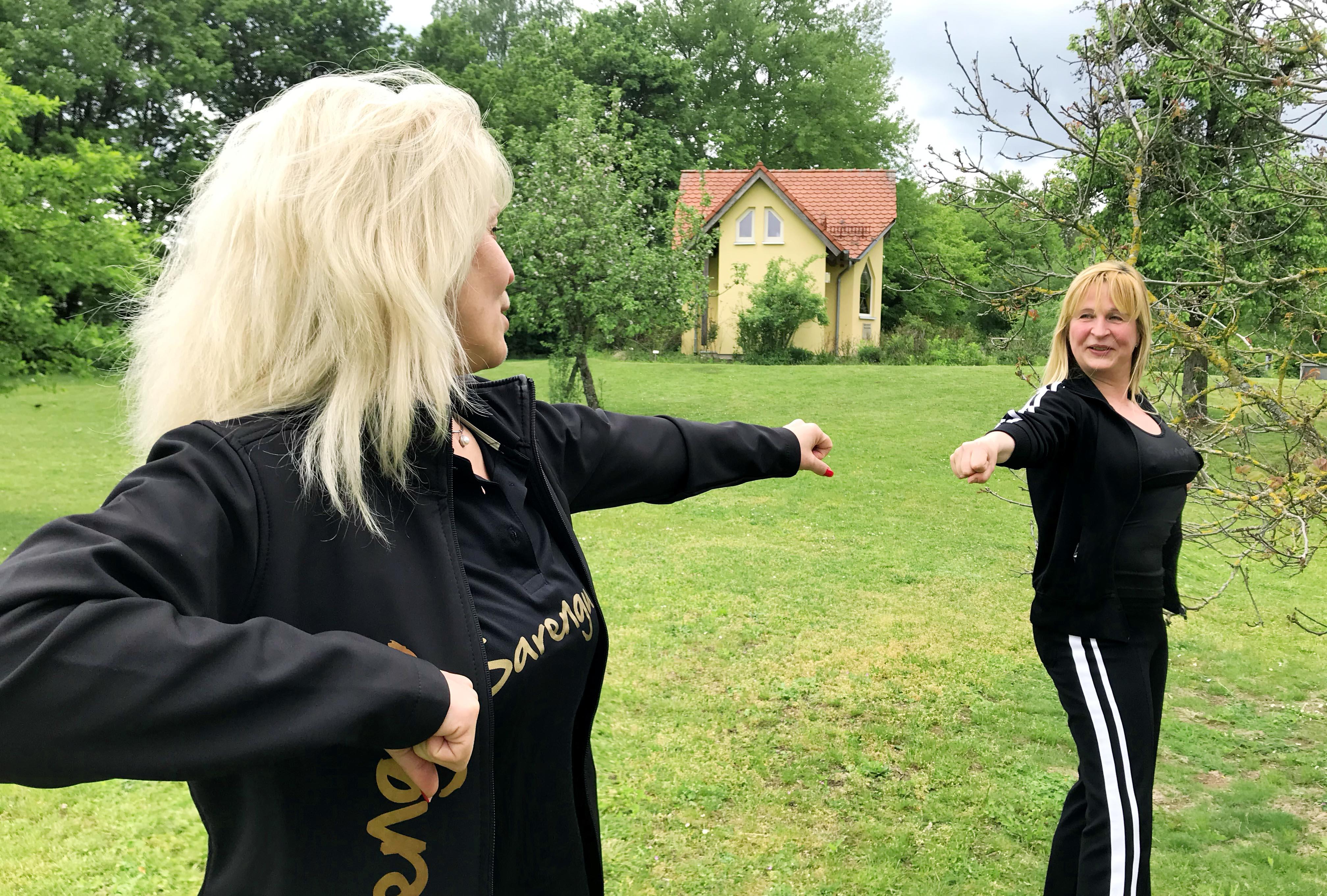 Lebenshilfe Nürnberger Land-Chef John war von der Sarengue-Vorführung von Larissa Hopferwieser (links) und Alexandra Bernhard (rechts) begeistert.