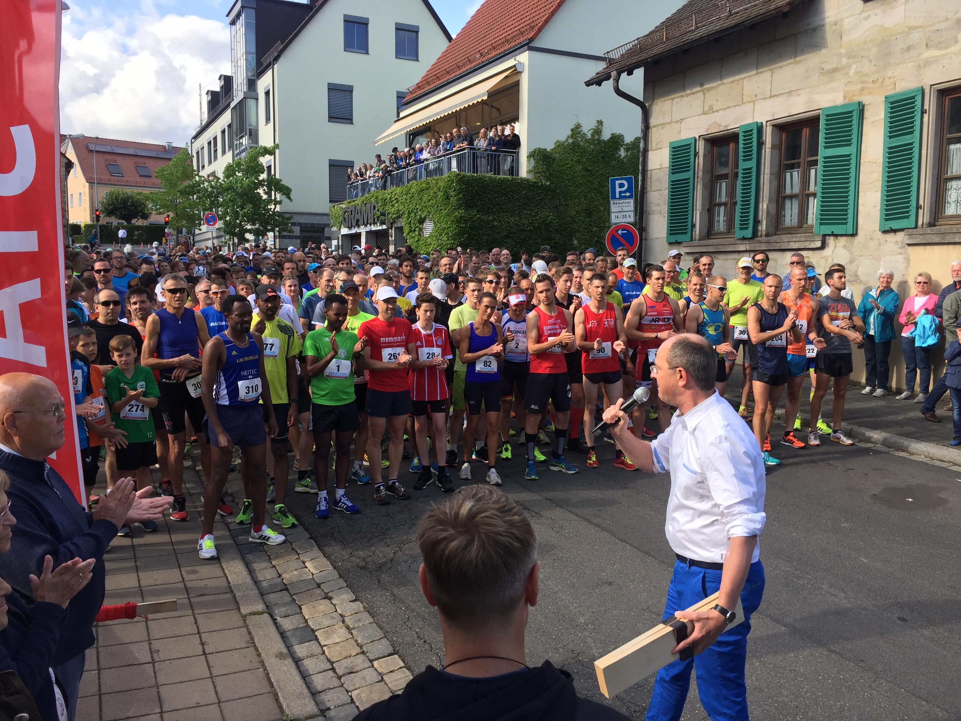 Startschuss des 20. Altstadtfestlaufs durch Benedikt Bisping, 1. Bürgermeister Stadt Lauf und Schirmherr des Benefizlaufs.