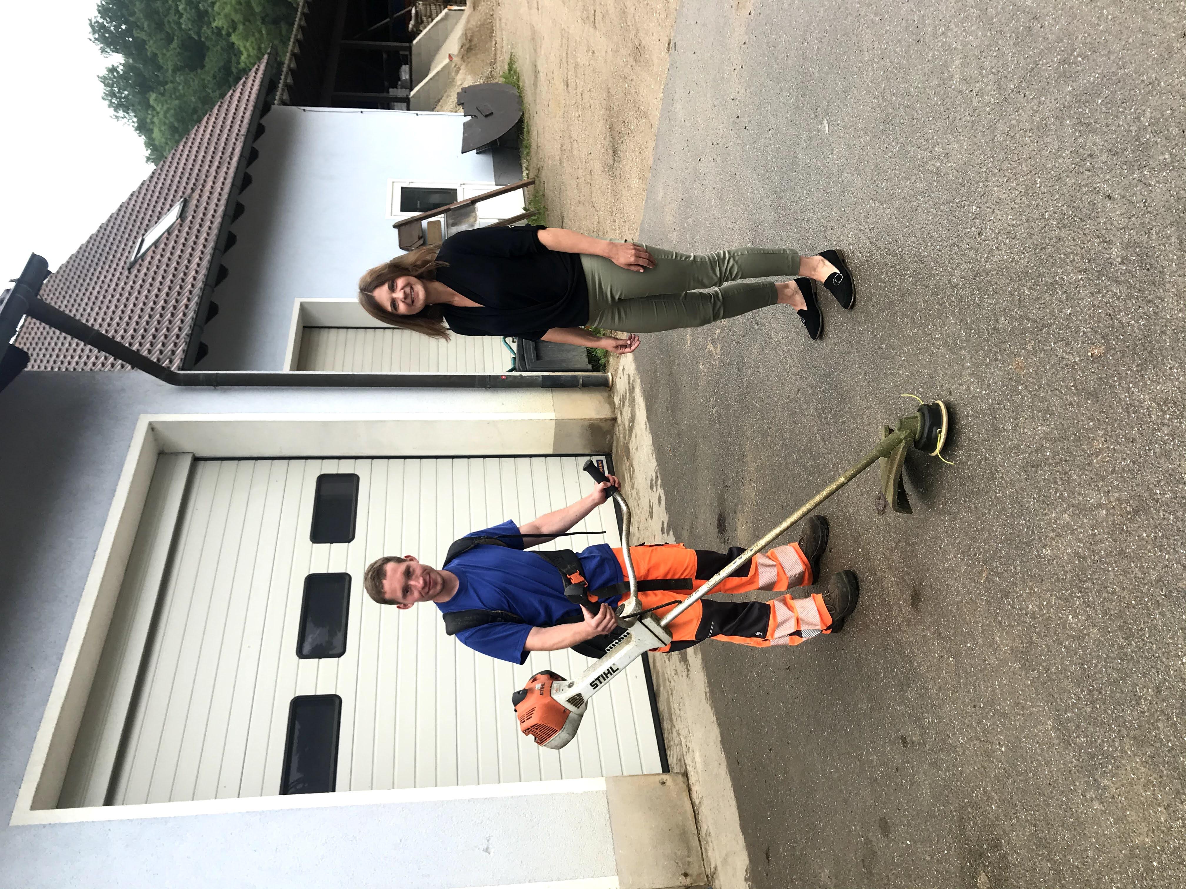 Einmal wöchentlich besucht Integrationsbegleiterin Kerstin Tichatschke Lukas Wirth auf dem Bauhof. Sie ist auch Ansprechpartnerin für das Bauhofteam.