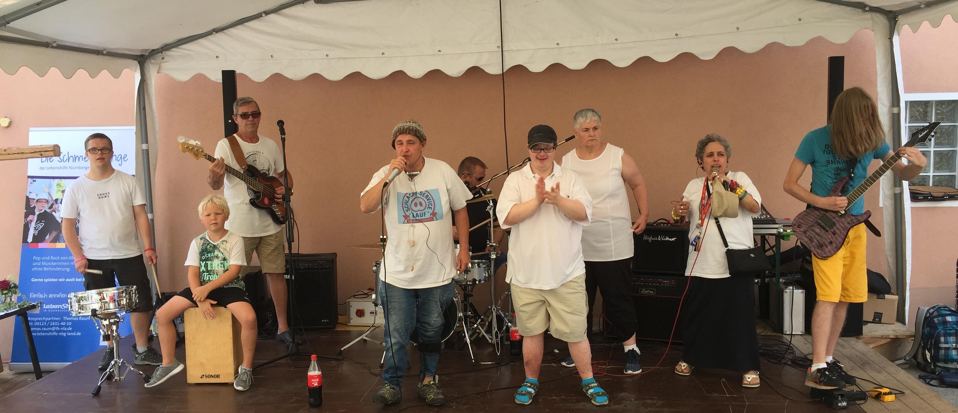 """Glockenfest Kucha: Inklusionsband sorgte beim Benefizkonzert für ordentlich Stimmung – Publikum und Veranstalter begeistert von den """"Schmetterlingen""""."""