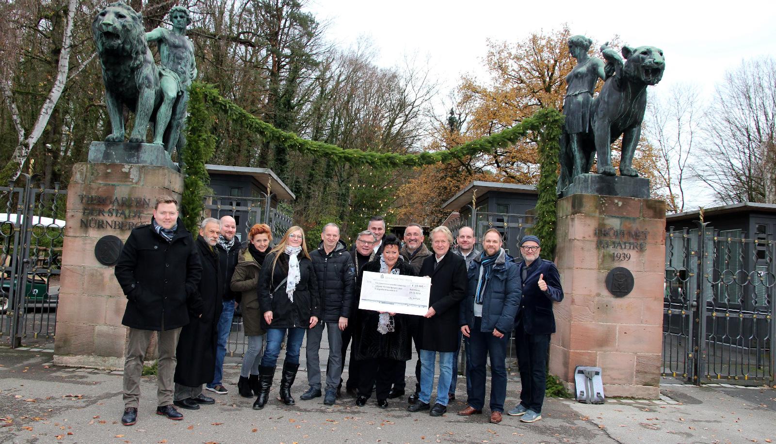 Die Freude über den gelungenen Abend ist Nürnbergs Charitylady Ute Scholz (Mitte), den Helfern und Sponsoren der Gala und den Vertretern der beiden begünstigten Vereine, Dr. Lorenzo von Fersen und Gerhard John, deutlich anzusehen.