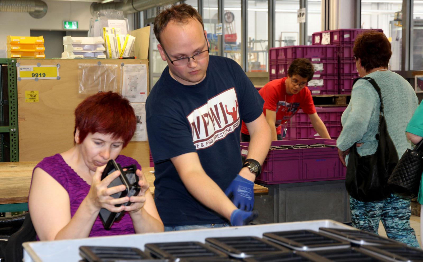 Besucherinnen ließen sich von den Mitarbeitern interessiert ihre Arbeit erläutern.