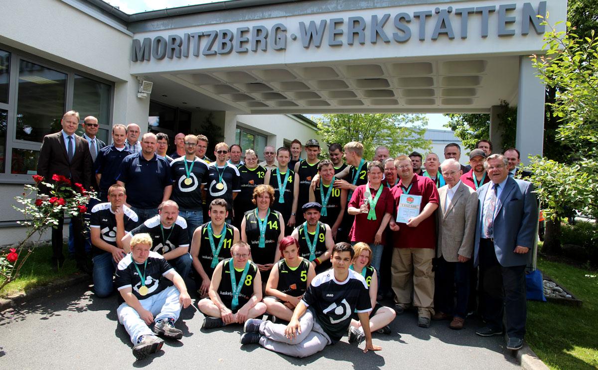 Die Moritzberg-Werkstätten – eine starker Gemeinschaft. Wolf förderte stets die Bildungsangebote zur Persönlichkeitsbildung; Sportteams kamen stolz von Turnieren (hier Special Oylympics) zurück und wurden von allen gefeiert und bejubelt.