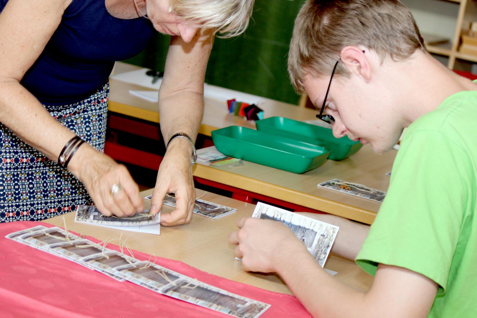 Kunstunterricht mit dem PlusX: Lehrerin Edith Tapprogge arbeitete mit ihren Schülern an den Einladungskarten für die Entlassschulfeier.