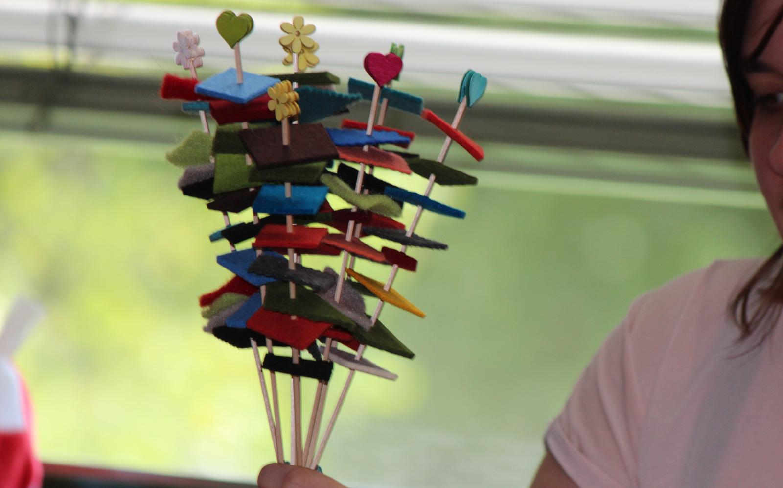 Hier werden Holzstäbchen und Filzreste zum frohen Farbengruß im Blumentopf.