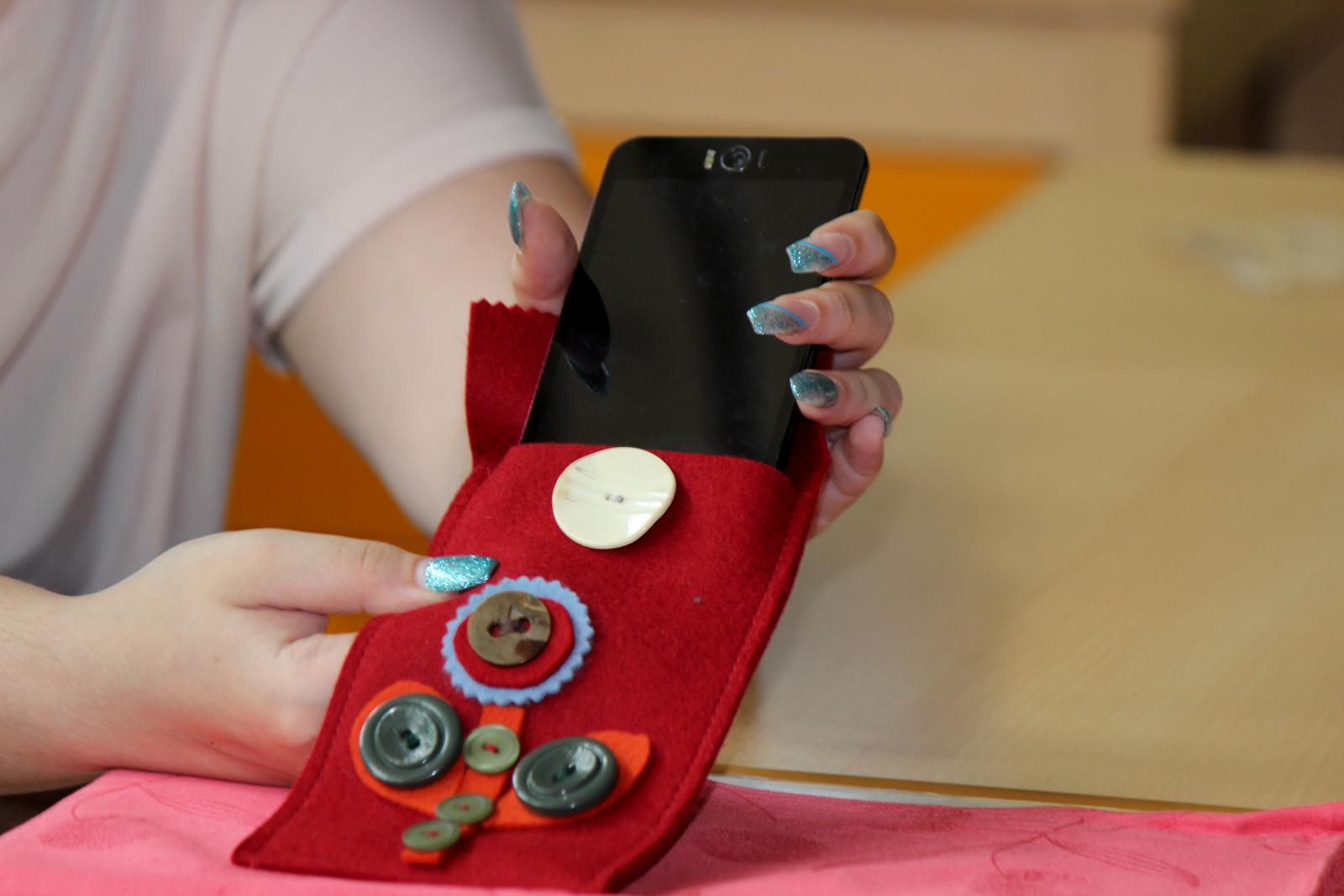 Mit viel Geschick fertigen die Schüler Karten, Taschen oder Armbänder und üben dabei lebenspraktische Fertigkeiten, wie das Annähen von Knöpfen.
