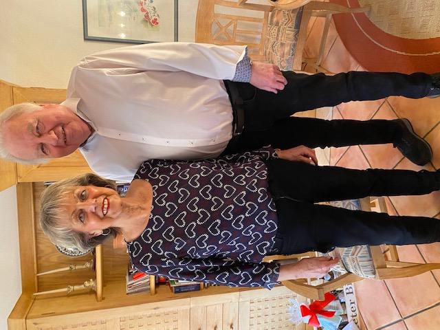 75. Geburtstag in gemütlicher Zweisamkeit: Jubilar Günther Steinbauer und seine Ehefrau feiern gut gelaunt und still.