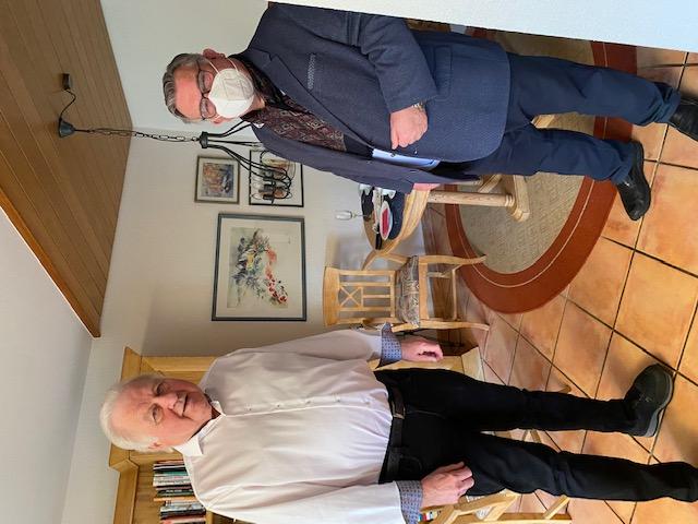 v.l.: Jubilar Günther Steinbauer und 1. Vorsitzender Gerhard John. Persönliche Glückwünsche zum 75. Geburtstag, coronabedingt mit Abstand, Maske und geöffneter Balkontür.
