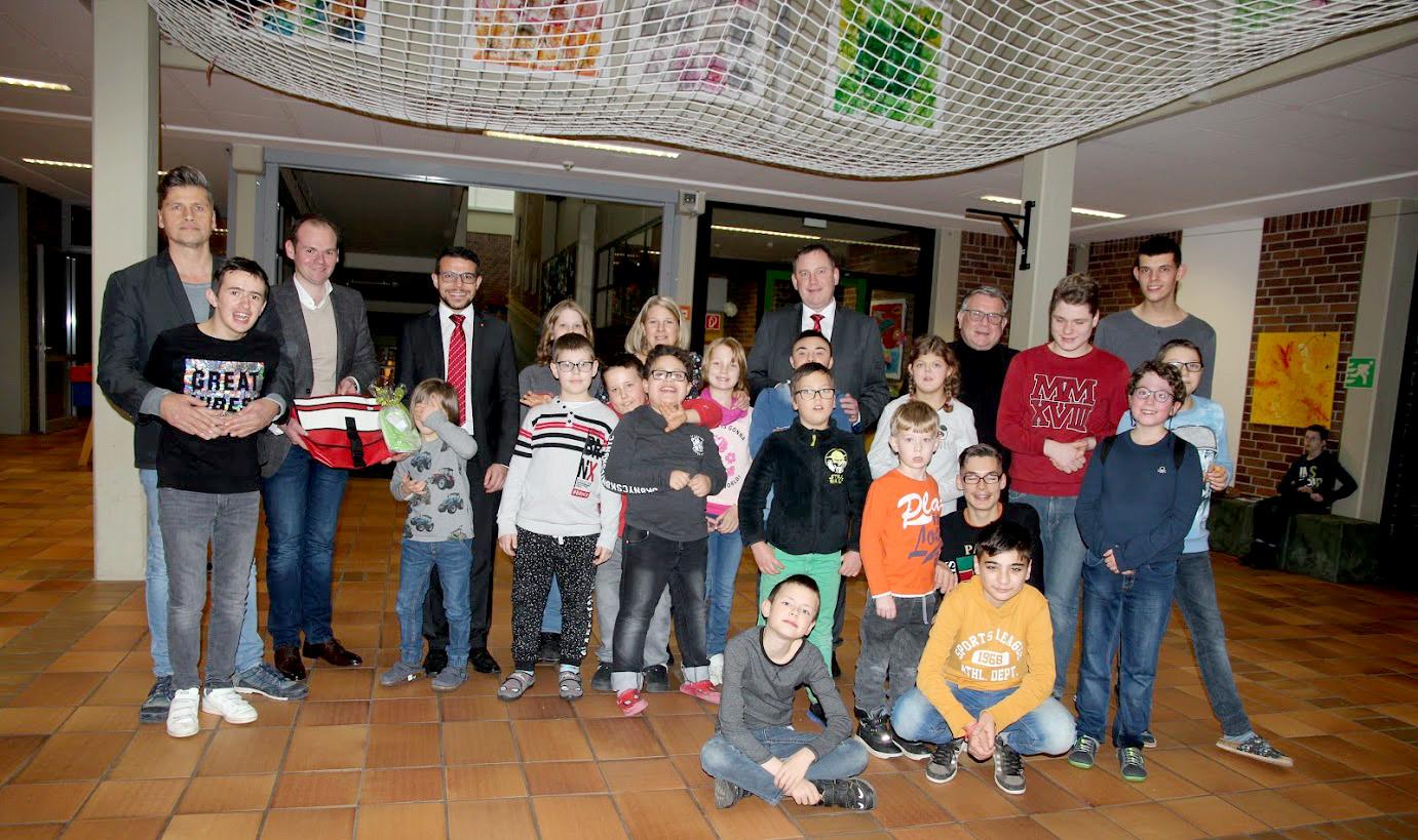 1500 Euro für die Modernisierung des Regenbogenraums, wahrlich ein freudenreicher Tag für die Dr. Bernhard Leniger Schule und die Heilpädagogische Tagesstätte, den die Spenden-Überbringer der HypoVereinsbank sichtlich genossen.