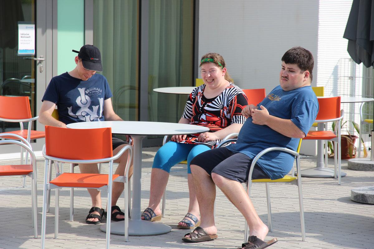 Bald begrüßen wir hier auf unserer Cafeteria-Terrasse Sommerfest-Gäste, so die Bewohner vorfreudig.