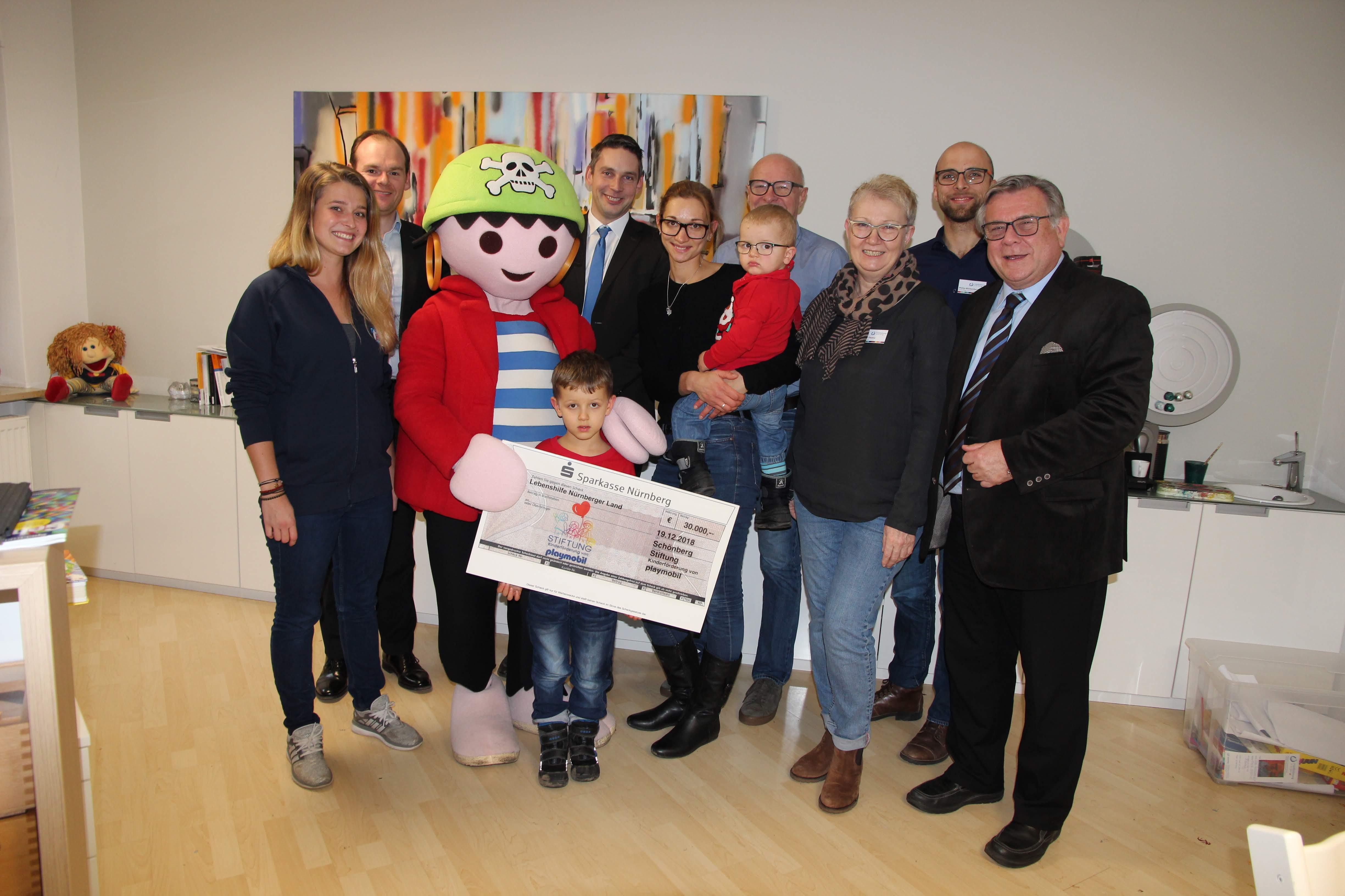 30.000 Euro: Die Playmobil-Kinderstiftung unterstützt das Schulstarthelfer-Projekt mit einer Riesenspende – herzlicher Dank und große Freude in der Frühförderung.