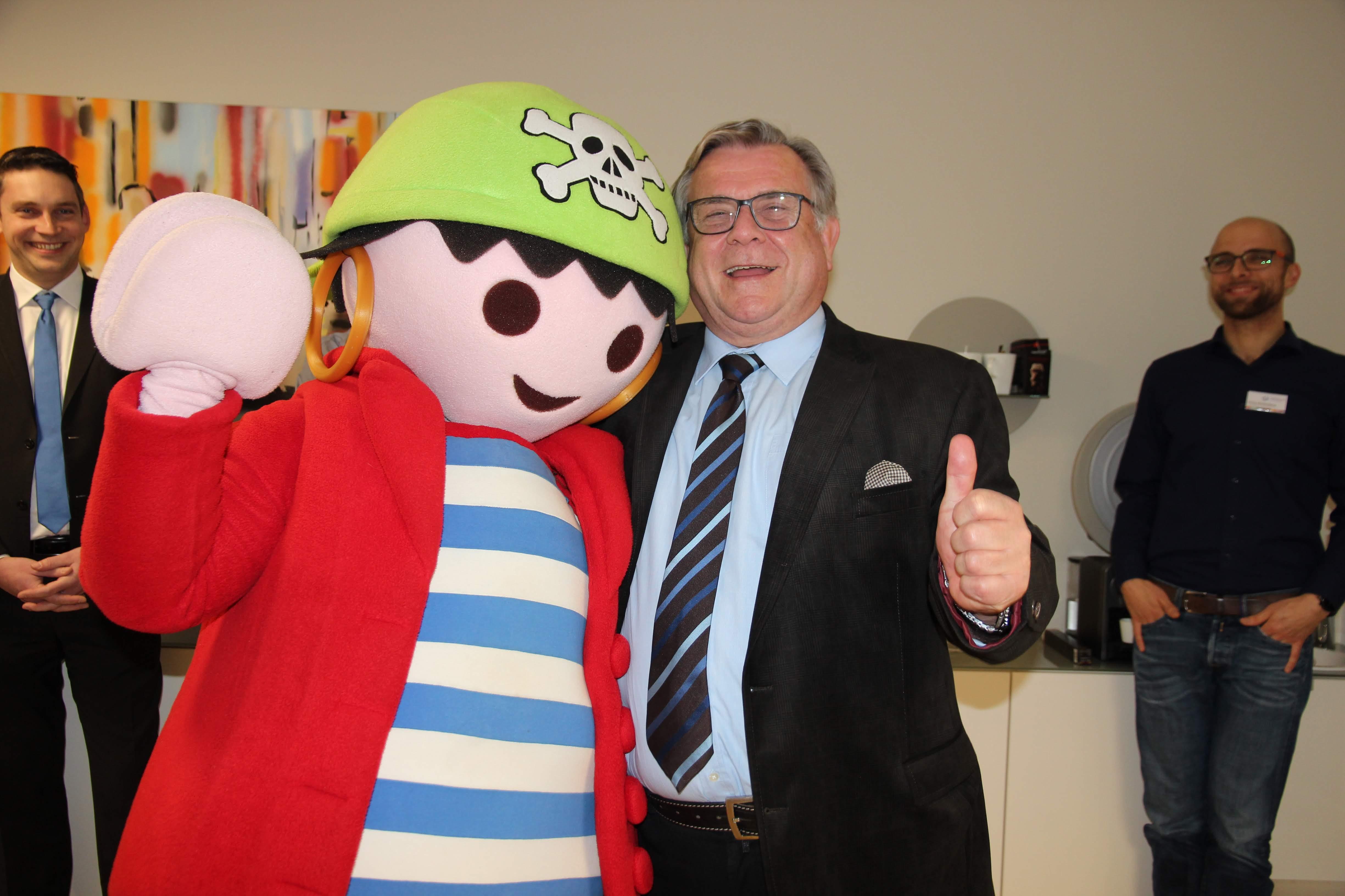 Playmobil-Kinderstiftung unterstützt Frühförderprojekt mit 30.000 Euro. – Vorsitzender Gerhard John dankte dem Spendenüberbringer Rico im Namen der Lebenshilfe-Familie sehr herzlich.