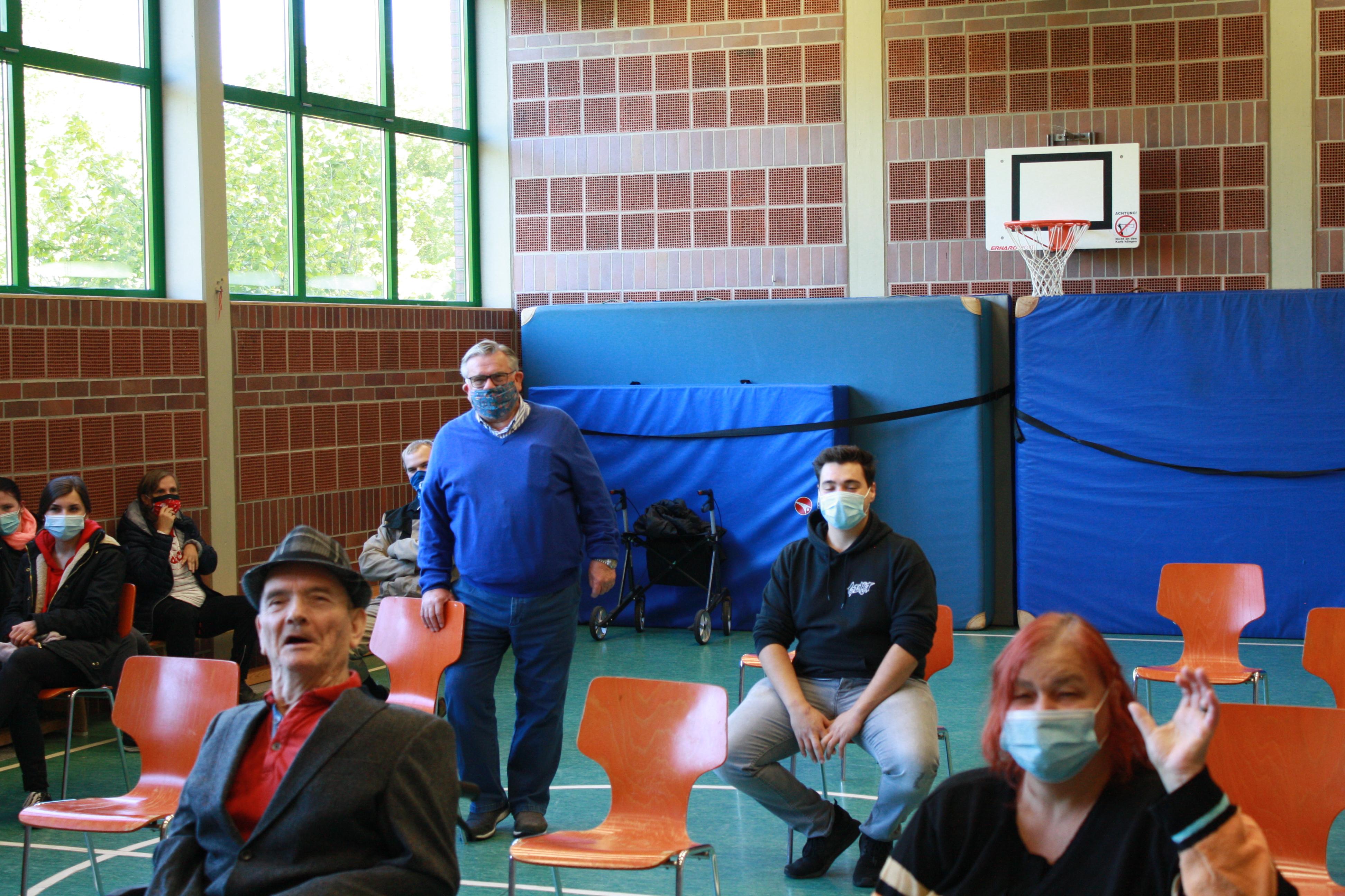 Viel Gesprächsstoff nach coronabedingter Pause. Betreutenverterter und Lebenshilfe-Chef trafen sich in der Turnhalle, um Hygiene-/Abstandsregeln zu wahren.