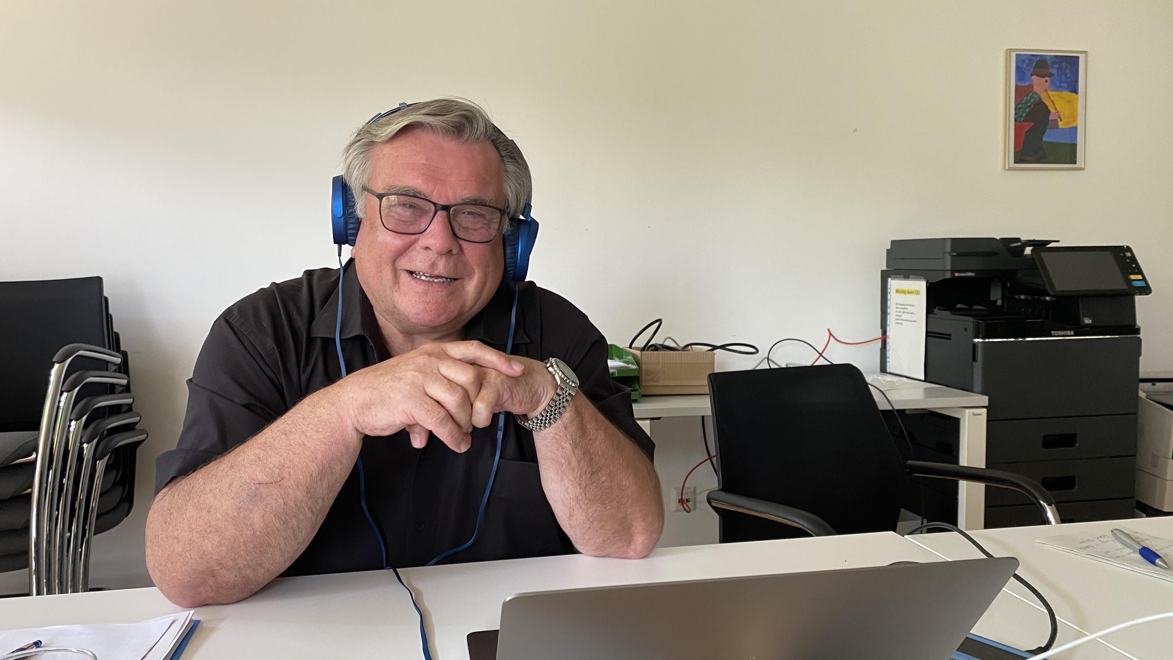 Gerhard John beim Live-Interview mit Tom Viewegh. Zwei Stunden ratschten die beiden über Gott und die Welt - vor allem über Heimat, Menschen und die Lebenshilfe. Bild: Inklusive Wohnwelt Altdorf