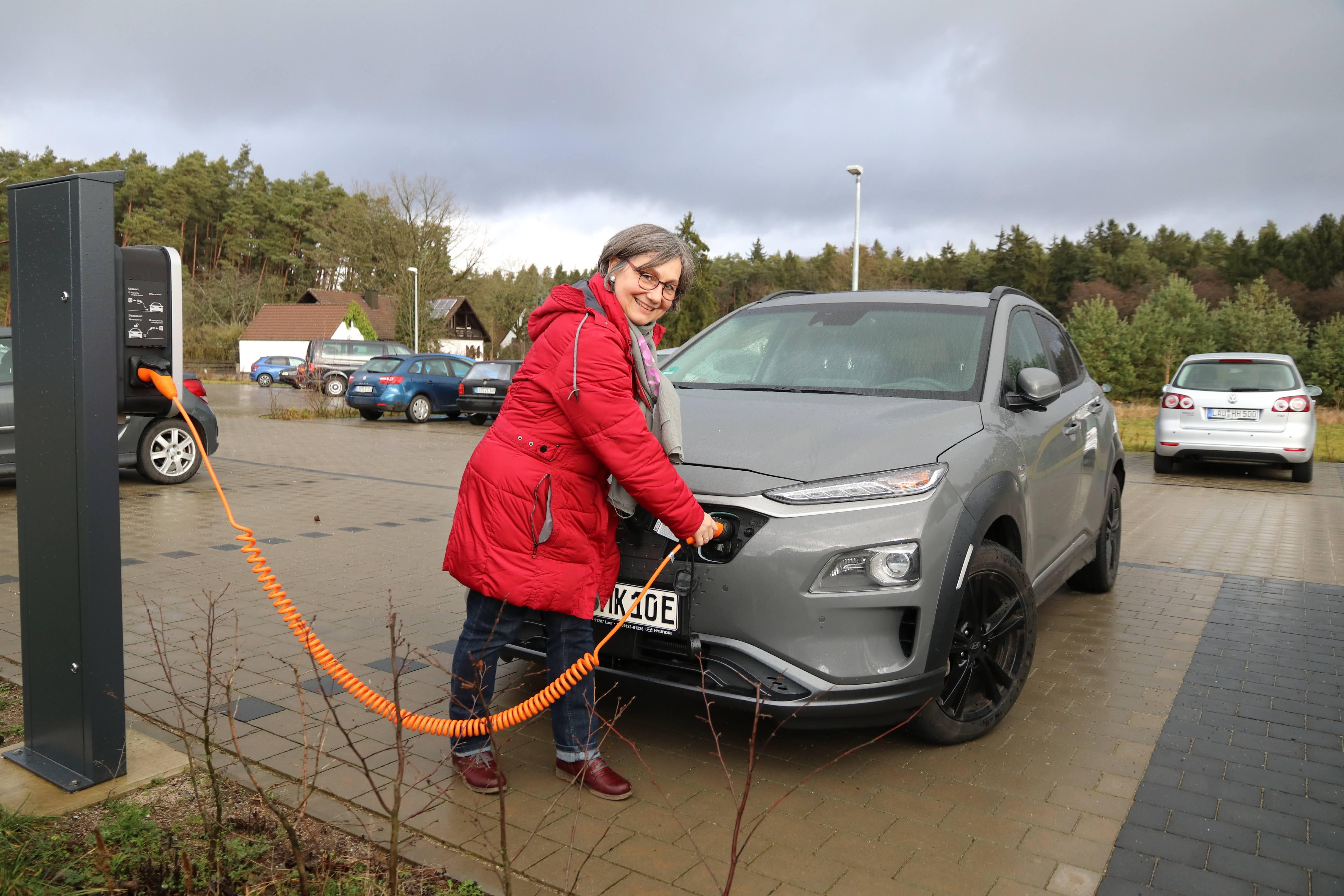 Lebenshilfe-Mitarbeiterin Margarete Kern freute sich über das Angebot, ihr E-Fahrzeug an ihrer Dienststelle kostenfrei auftanken zu können.