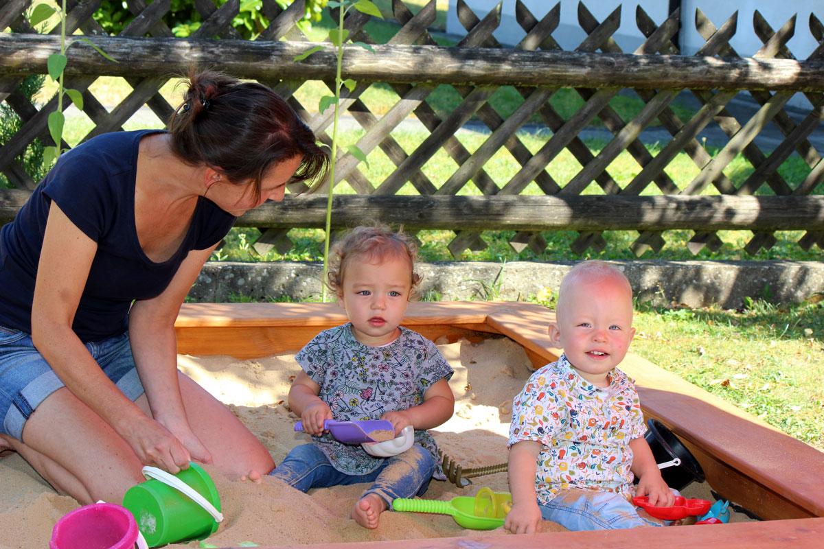 """Der Kinderarzt verordnete für die Frühchen den Bedarf zur häuslichen Nachsorge und Förderung, was wegen des hohen Infektionsrisikos bei Säuglingen und Kleinkindern mit Entwicklungsverzögerung und Behinderung, üblich ist. """"Bei Alisa und Manuel, aber auch m"""