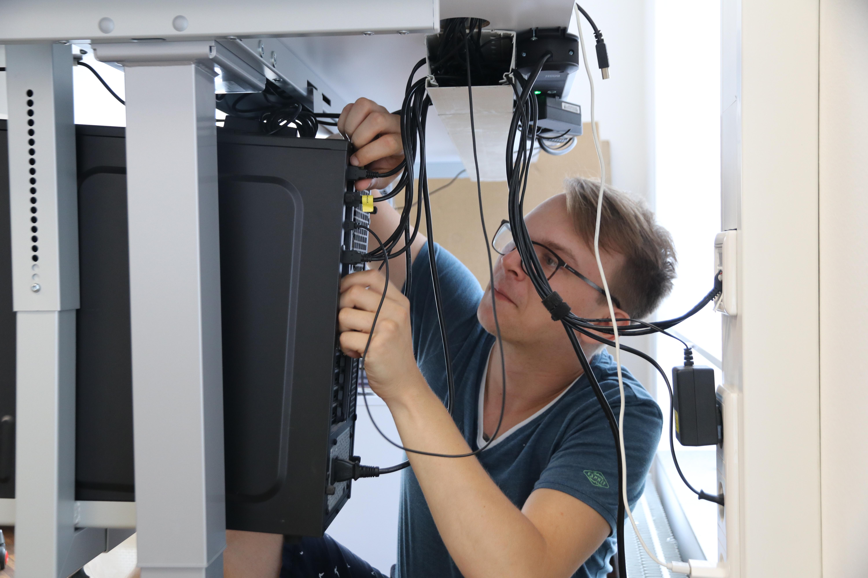 Der angehende IT-ler sieht sich als Servicedienstleister. Zu seinem Tagesjob gehört etwa das Installieren eines Bildschirmarbeitsplatzes oder das Aufspielen von spezieller Anwendersoftware.