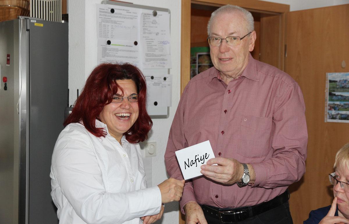 Nafiye Kara feierte dieser Tage ihren 40. Geburtstag. Günther Spieß, Fachvorstand der Wohnstätten, überraschte die Jubilarin zu ihrem 40. Geburtstag und gratulierte ihr im Namen der Lebenshilfe mit einer kleinen Aufmerksamkeit.