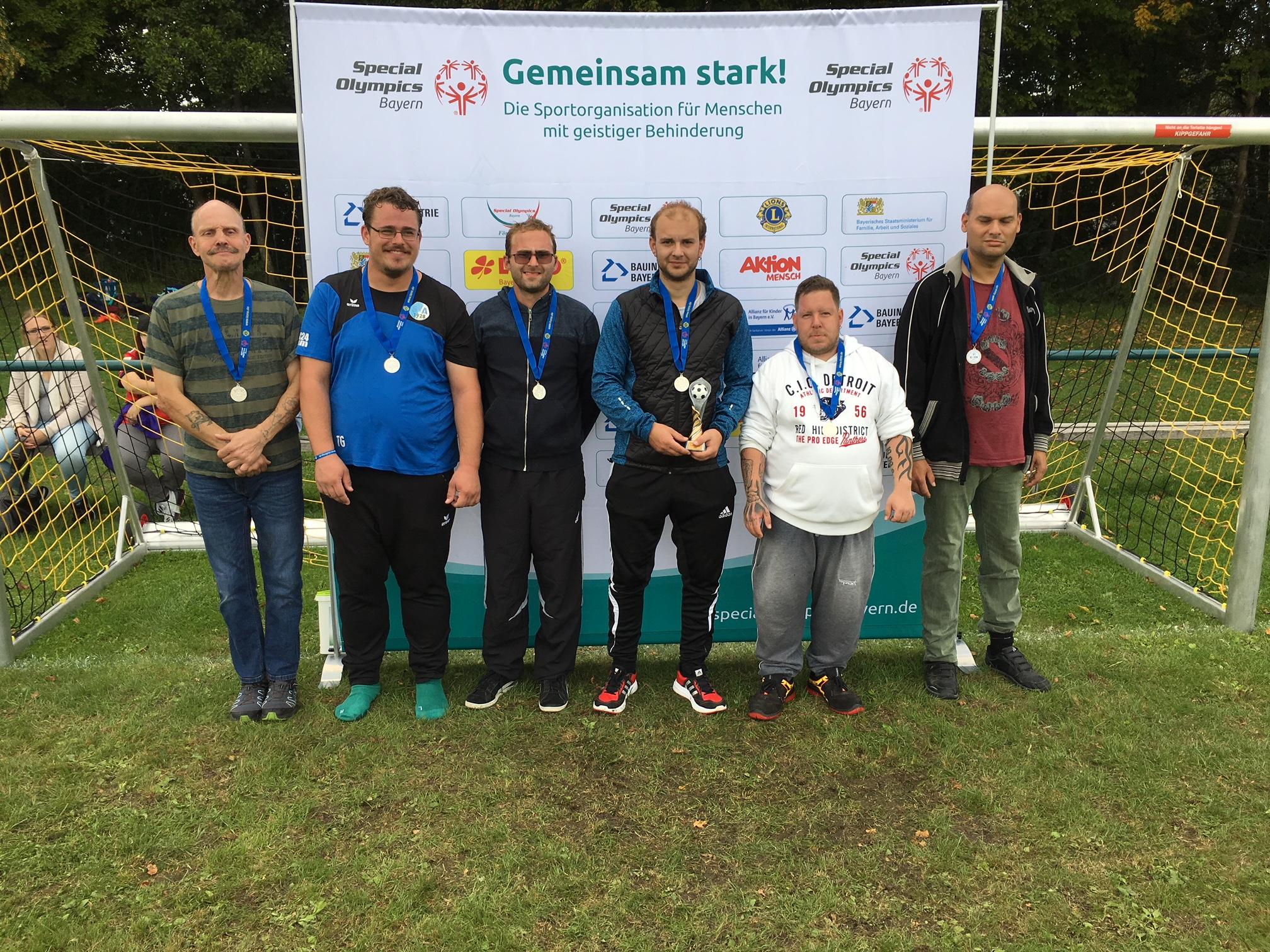 """Der Kader """"Moritzberg-Werkstätten"""" um das Trainerteam Full und Zeltner versilberte beim landesweiten Fußballturnier in Olching seine Leistung."""
