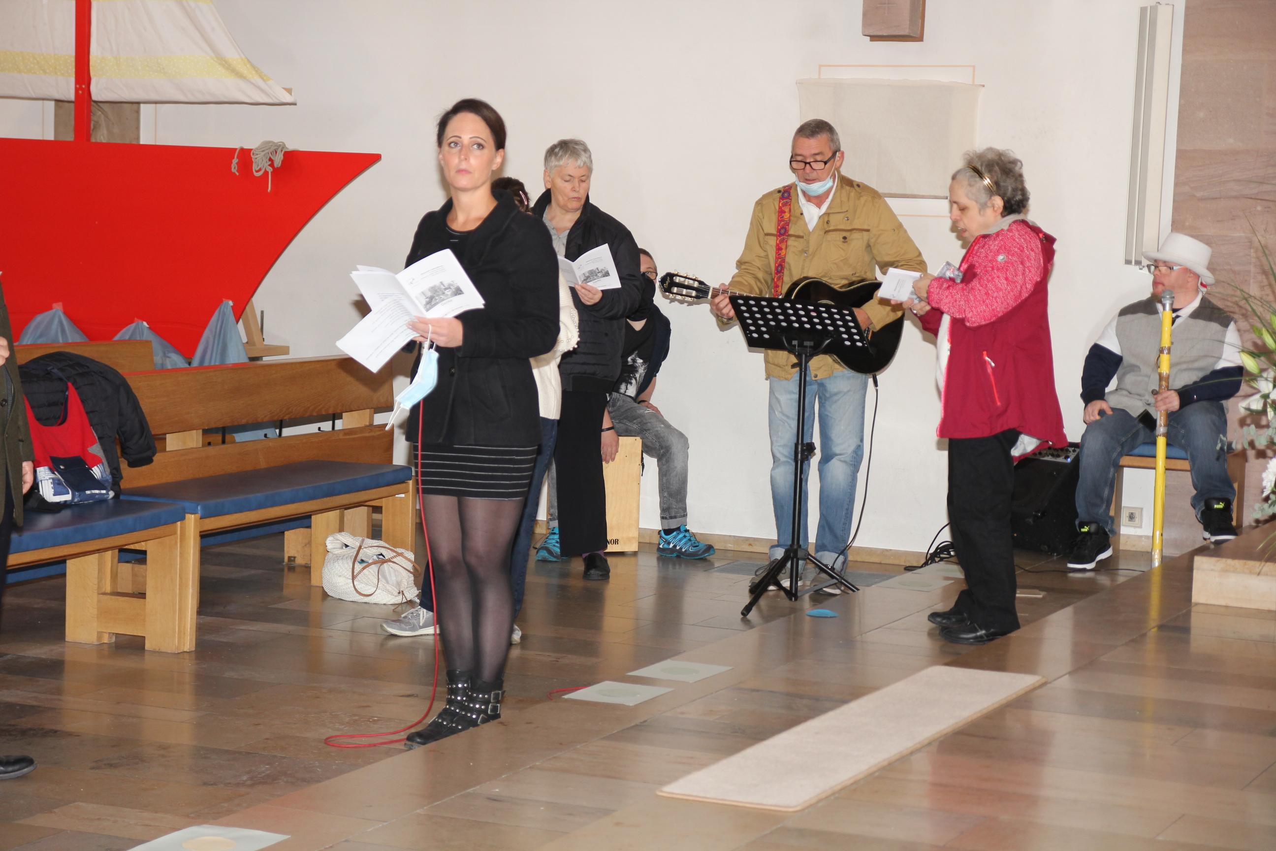 Schmetterlinge mittendrin: Auftritt der Lebenshilfe-Band beim Mittendrin-Gottesdienst in St. Otto am Erntedank-Sonntag.