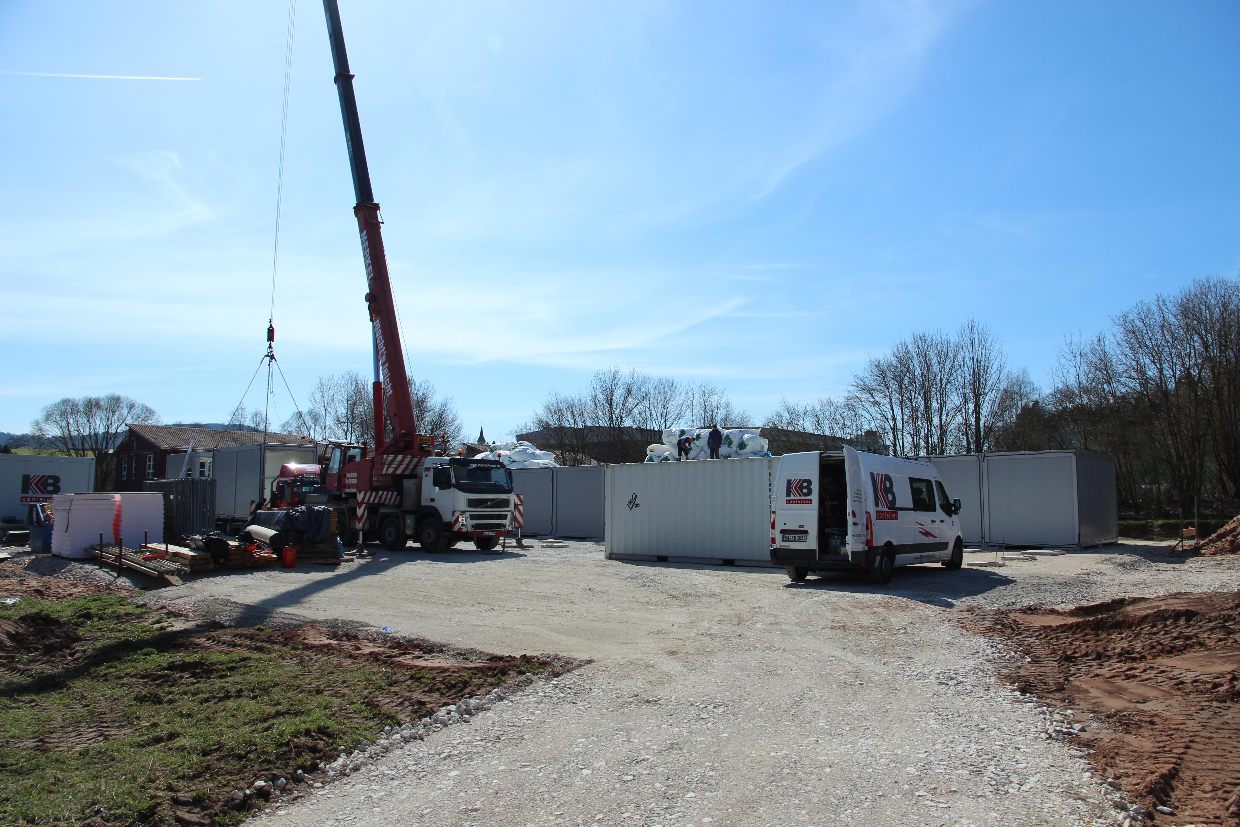 Nach Pfingsten Wechselunterricht und Umzug: Die Schulfamilie zieht während der Sanierung ins smarte Containerdorf. (Foto März 2021, Anlieferung der Container)