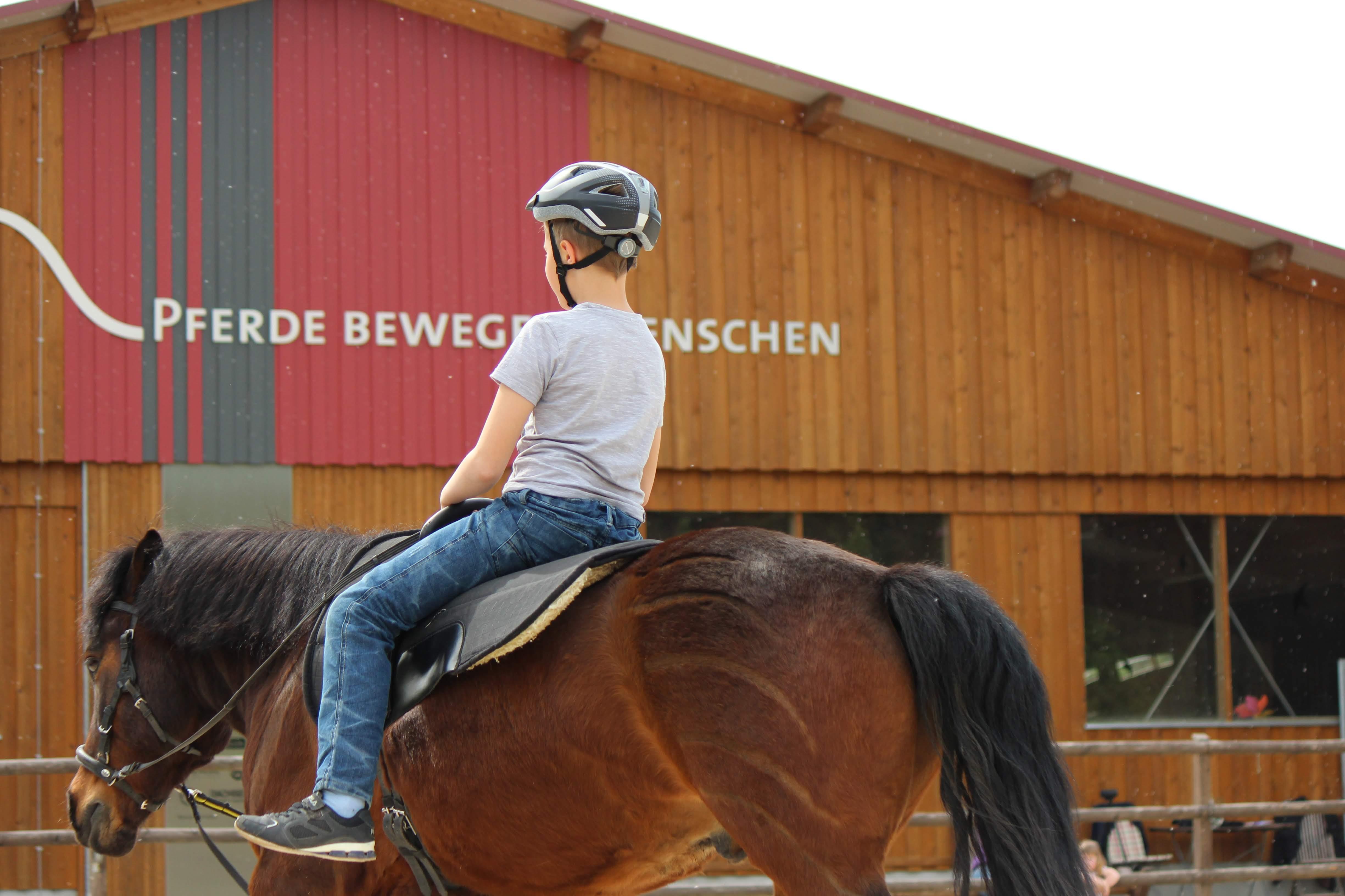 Pferde bewegen Menschen: Nach Corona-Zwangspause nimmt die Lebenshilfe zum 22.6.20 den Reittherapiebetrieb wieder auf.
