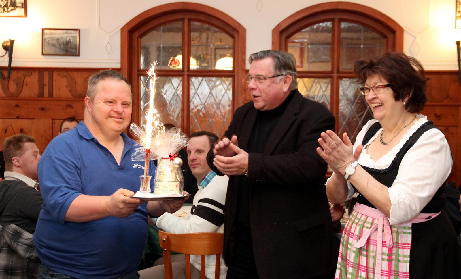 Betreutenvertreter Roland Hofmann feierte am 12.12. seinen 47. Geburtstag und wurde von Gastwirtin Gerda Löhner und Gerhard John überrascht und beglückwünscht.