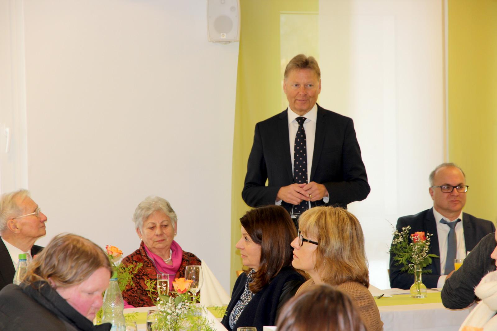 Geschäftsführer Norbert Dünkel begrüßt die Gäste.